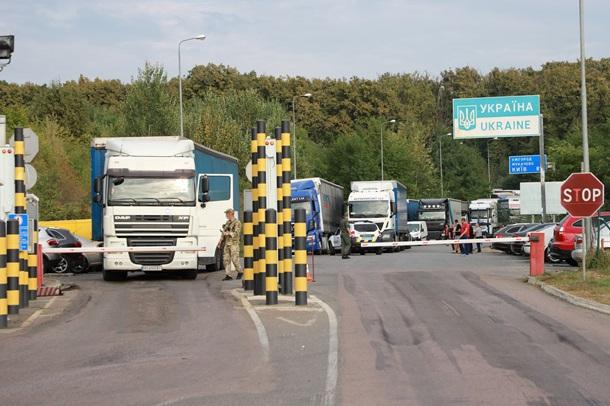 У Закарпатській області перед пунктами пропуску Ужгород і Тиса виїзду з України чекають понад 200 вантажівок.