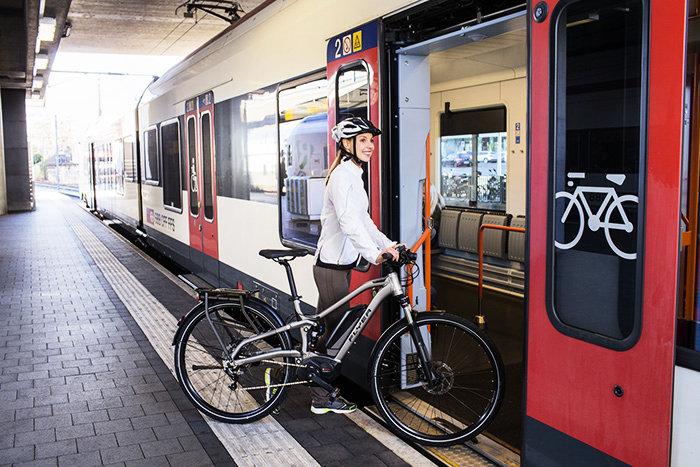 Враховуючи початок велосезону в Карпатах, Укрзалізниця продовжує обладнувати приміські електропотяги спеціальними тримачами для велосипедів.