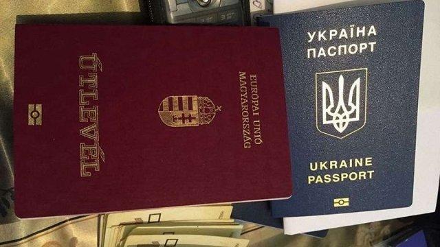 Між епізодом з видачею угорських паспортів в Берегові на Закарпатті та видачею російських паспортів в окремих районах Донбасу «є велика різниця».