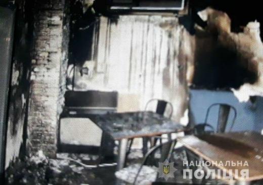 У Мукачеві вночі невідомі особи скоїли підпал кафе, розташованого в орендованому приміщенні на вул. Ілони Зріні. Паліїв розшукує поліція.