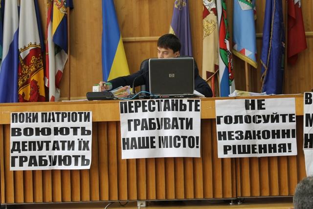 Депутати Ужгородської міської ради оголосили недовіру в.о. мера Віктору Щадею.
