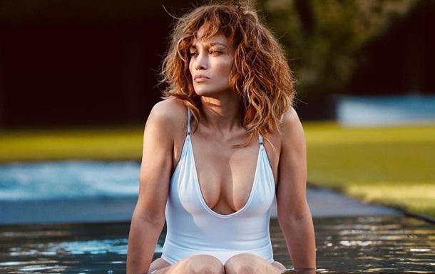 Популярна співачка і актриса показала відвертий кадр на пляжі і вразила своїх шанувальників. 51-річна зірка виглядає просто ідеально.