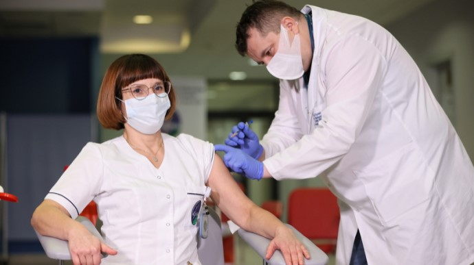 У Польщі в неділю вранці розпочалося щеплення проти коронавірусу, першою в країні вакцинували старшу медсестру головного клінічного шпиталю МВС у Варшаві Аліцію Якубовську.