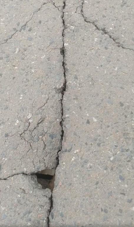 Ідеться про пішохідний міст в Ужгороді. Бетонна конструкція тріщить по швах і потребує ремонту.