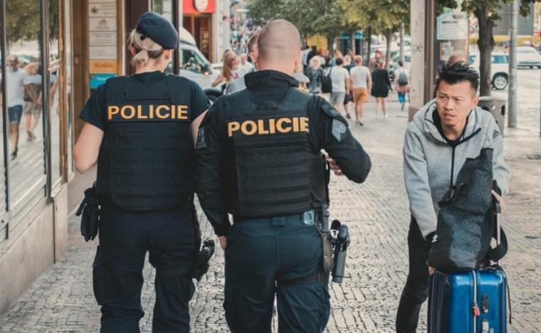 Чеський міністр охорони здоров'я Адам Войтех офіційно оголосив про те, що з 25 травня маски будуть не обов'язковими на вулиці, проте дихальні шляхи необхідно закривати в громадських місцях.