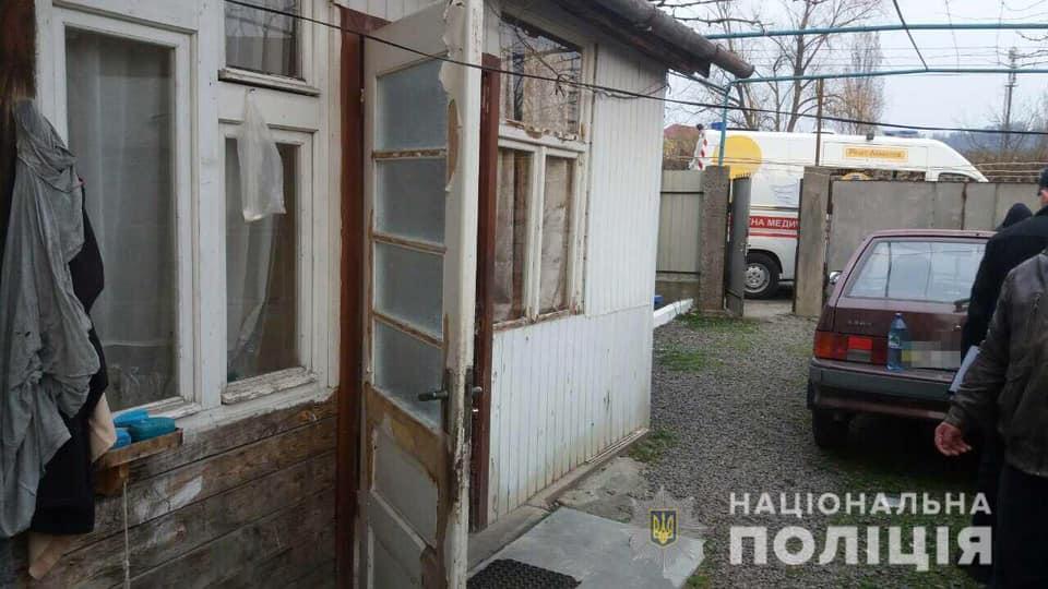 Сьогодні, 29 березня, близько 17.50 год до поліції надійшло повідомлення від мешканки м.Мукачева про те, що батько під час сварки штовхнув її співмешканця, який впав на землю і не подає ознак життя.