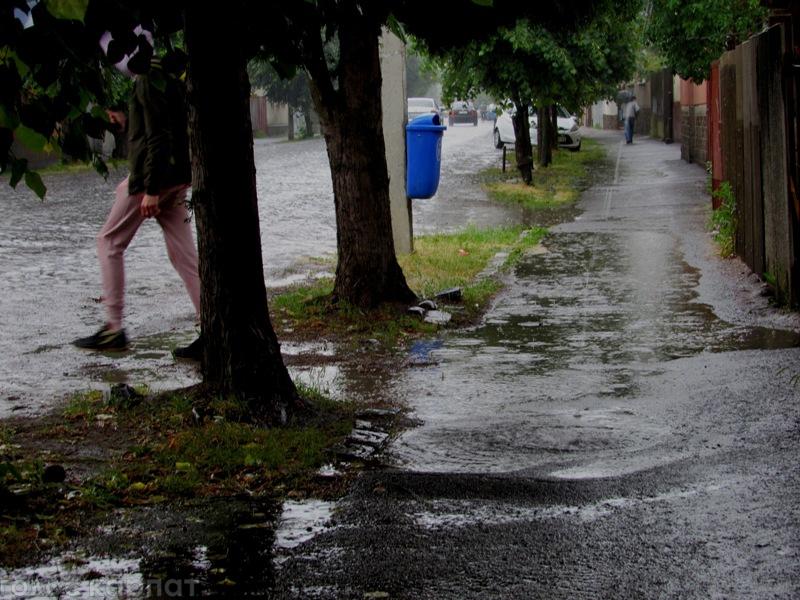 Мукачево накрила потужна злива, середмістя поплило (ФОТО)