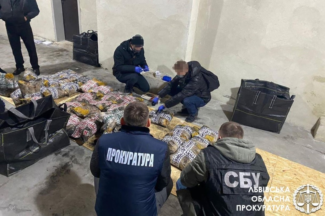 Під час обшуку складів у Львові правоохоронці виявили понад одну тонну героїну.