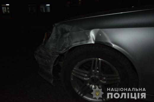 В Тячівському районі поліція розслідує ДТП, в якій водійка автомобіля «Mercedes» в'їхала у карету швидкої допомоги. Поліцейські встановили, що за кермом жінка перебувала у стані алкогольного сп'яніння