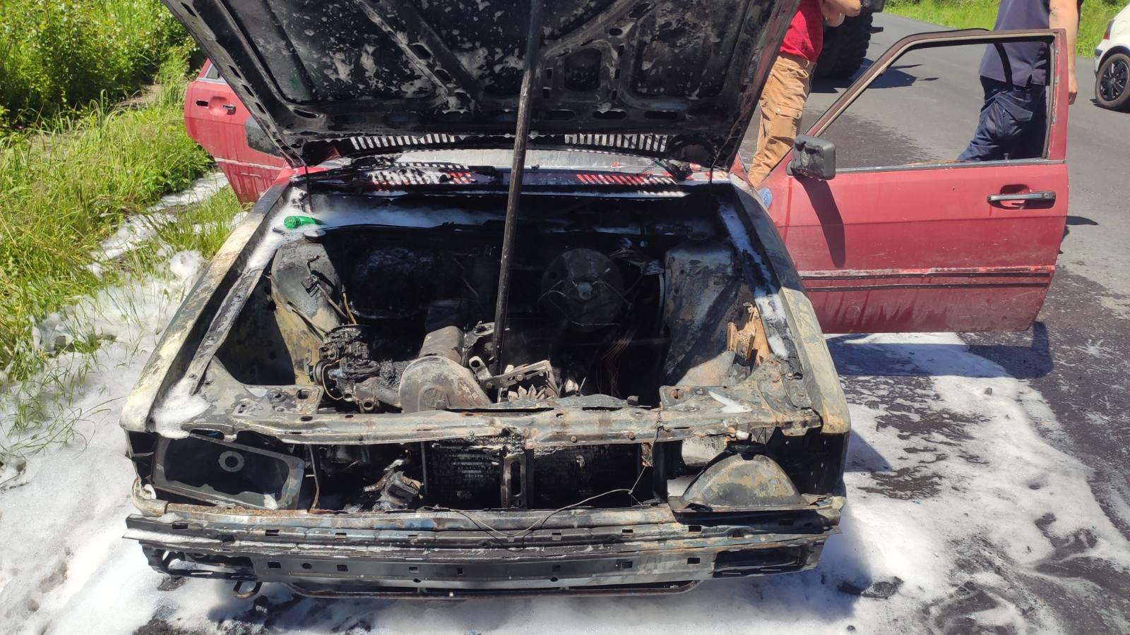 Вогнеборці гасили стареньку іномарку, яка загорілася під час руху в селищі Вилок.