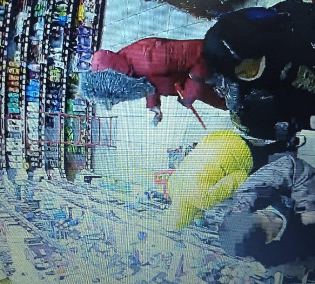 Інцидент ймовірного пограбування у торговому закладі зафіксували камери спостереження.