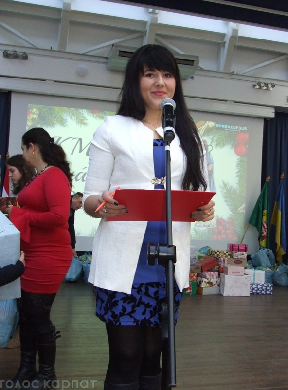 В атріумі Закарпатського угорського інституту в Берегові вручали різдвяні дарунки діткам з багатодітних родин / ФОТО