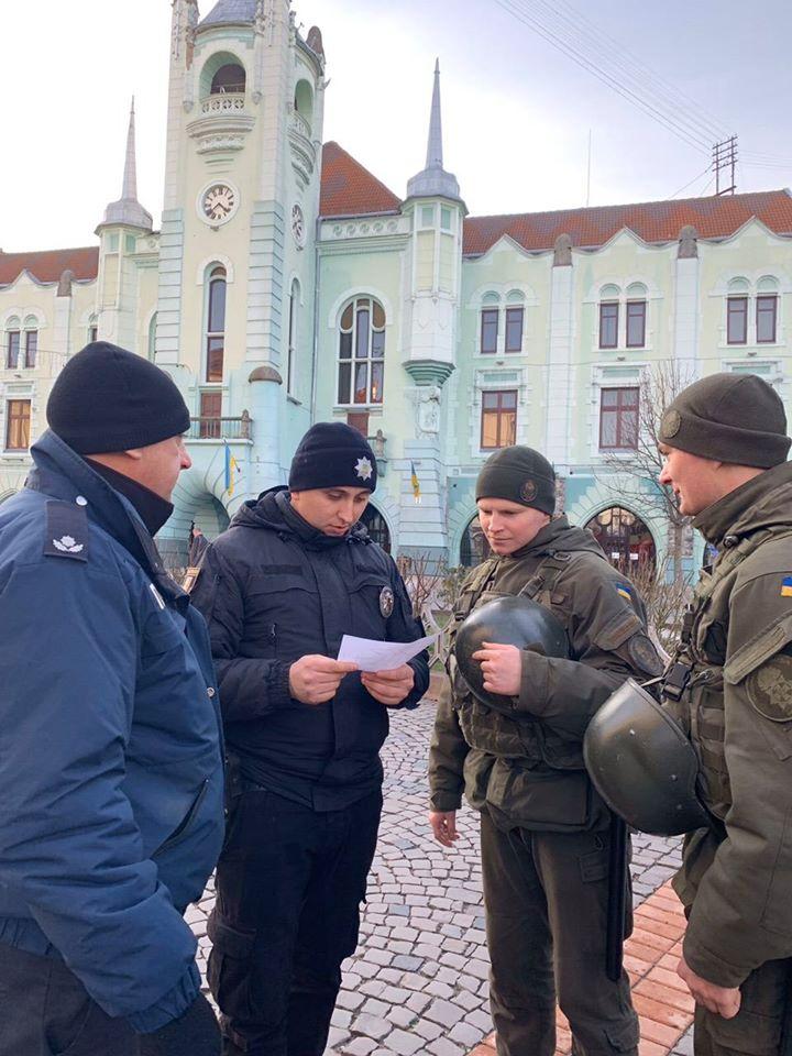 У Мукачеві патрулюють поліцейські та нацгвардійці.