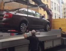 Наші люди всюди: в центрі Відня евакуатор забрав автомобіль закарпатця (ВІДЕО)