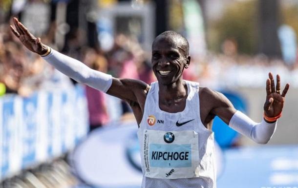 Спортсмен побив світовий рекорд (який також належав йому), пробігши марафон менш ніж за дві години.