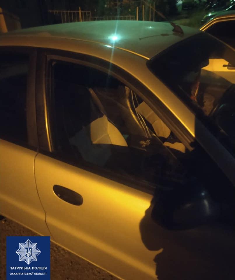 Це трапилося сьогодні в Ужгороді. Близько 4-ї години інспектори отримали виклик про крадіжку з авто на вулиці Загорській.