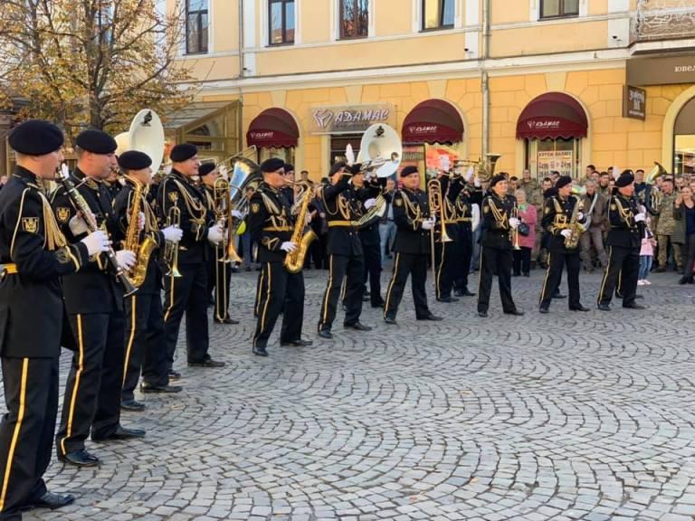 Сьогодні жителів та гостей міста розважав військовий оркестр.