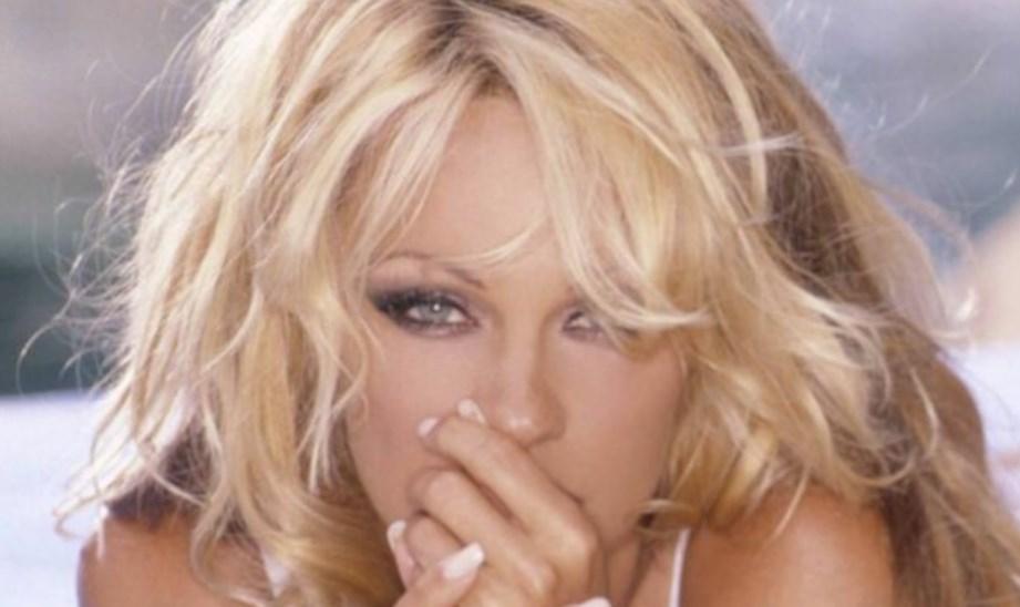 Зірка Playboy у свої 53 роки продовжує оголюватися на камеру.