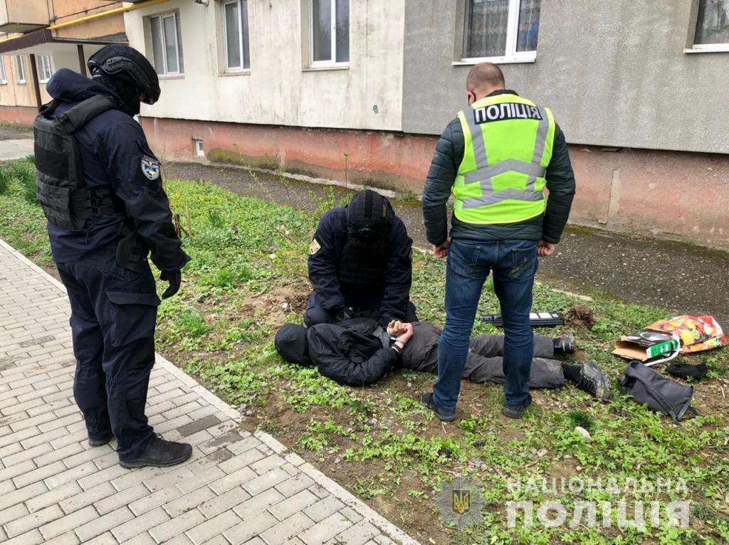 Співробітники поліції Ужгородщини встановили зловмисника, який причетний до розповсюдження наркотиків на території району, та затримали його в момент чергового збуту метамфетаміну.
