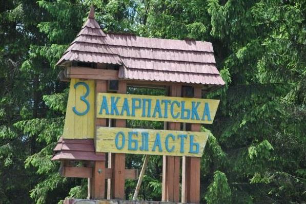 Підкарпаття основане на мовній практиці місцевого населення, тоді як Закарпаття — на мовній практиці сусідніх регіонів.