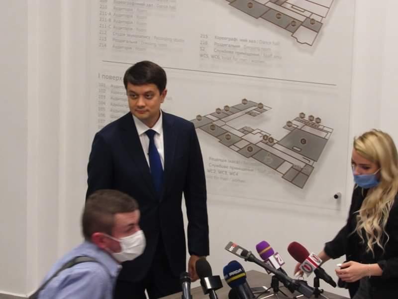 Під час спілкування з пресою у Мукачеві глава ВРУ Разумков відповів на запитання журналістів.