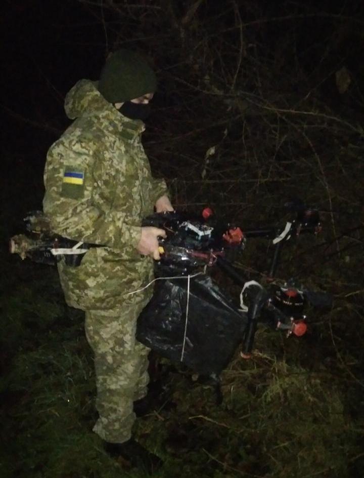 Два дні тому на українсько-румунській ділянці кордону прикордонники Мукачівського загону позбавили «малу авіацію» контрабандистів однієї одиниці техніки, гексакоптера.