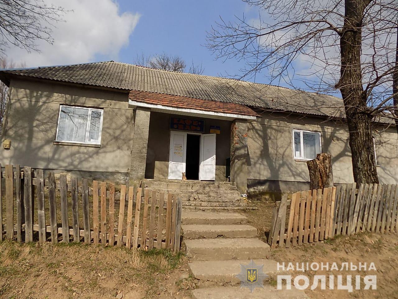 Правоохоронці спіймали за «гарячими слідами» трьох мешканців села Івашковиця, які серед ночі проникли до місцевої крамниці та обікрали заклад.