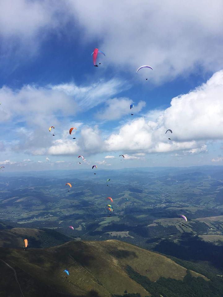 Над гірськими вершинами Закарпаття зафіксували десятки парапланеристів з Литви та України