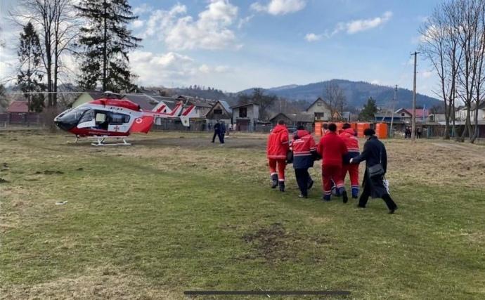 Во Львовской области впервые в Украине пациента на вертолете доставили в больницу.