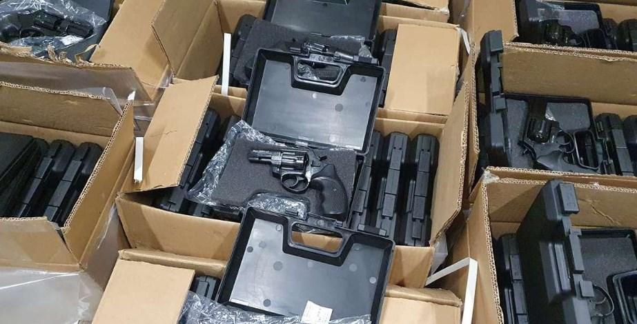 Зброя була захована у вантажівці з меблями. За кермом транспортного засобу перебував громадянин України.