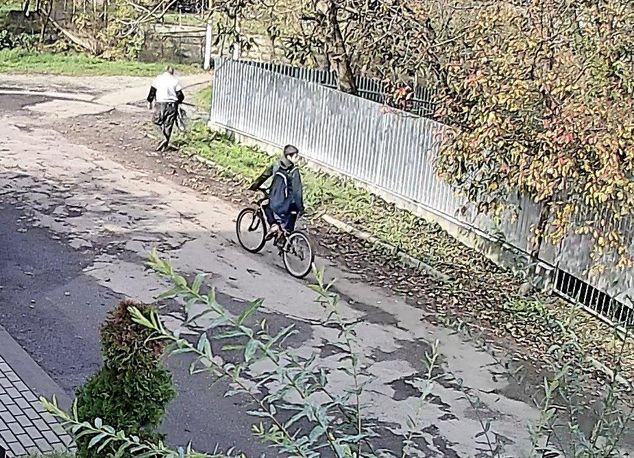 Хлопчика на велосипеді зняли камери спостереження.