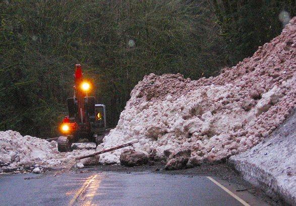 У Карпатах у зв'язку зі снігопадами та хуртовинами існує загроза зсувів снігу на дороги.