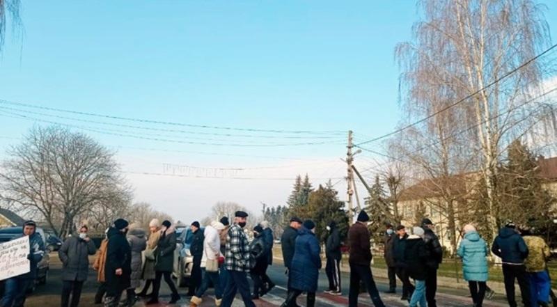 Около 30 человек вышли на трассу М-19 в селе Цвенячин - они постоянно ходят по пешеходному переходу, мешая проезду транспорта.