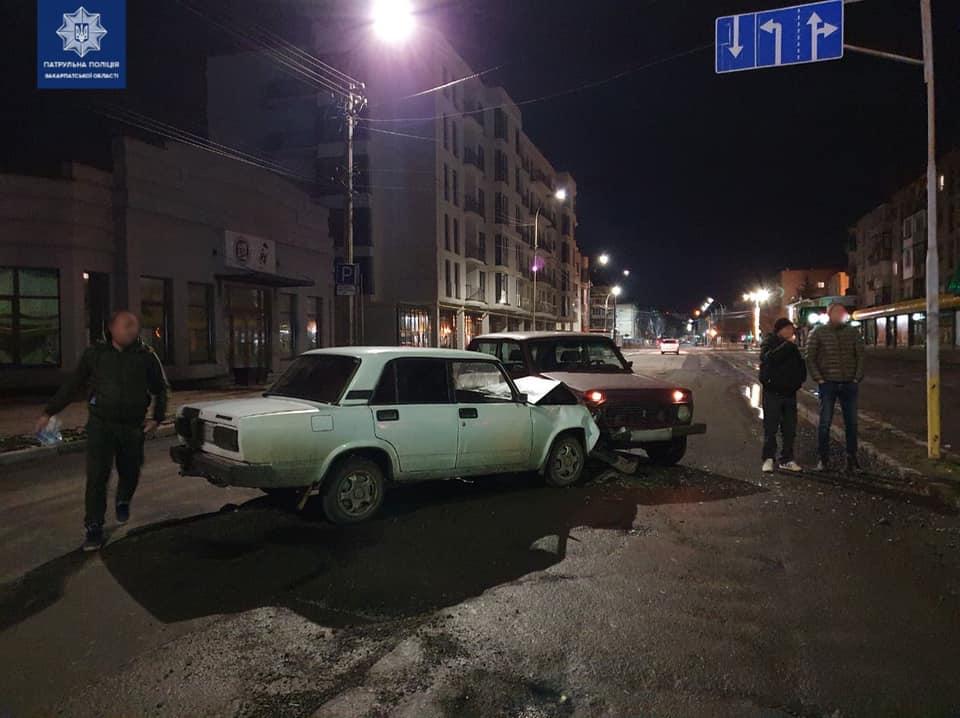 Это событие произошло ночью на улице Капустанской в Ужгороде. На месте происшествия инспекторы выяснили, что водитель АВТОМОБИЛЯ ВАЗ-2121 выехал на встречную полосу и столкнулся с автомобилем ВАЗ-2107.