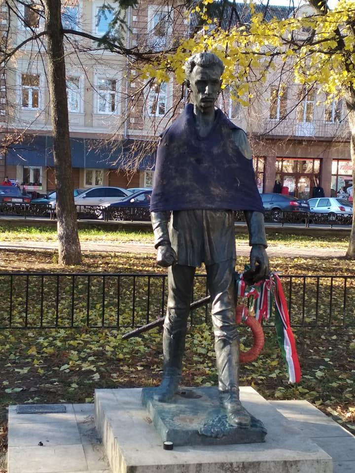 """На площі Шандора Петефі відомого угорського поета """"одягли"""" в лахміття"""
