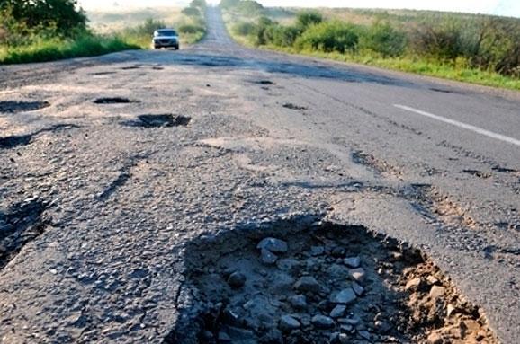 Жителі Іршавщини та Тячівщини вже не в силах терпіти аварійний стан доріг.
