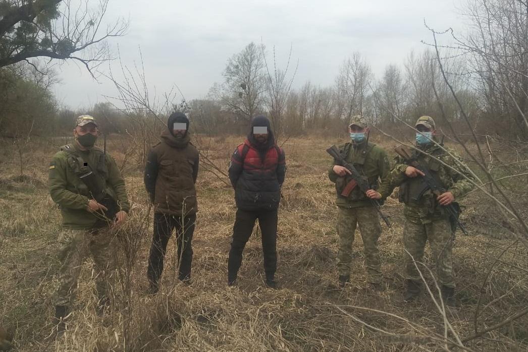 Двох іноземців, що намагалися перетнути кордон в обхід пунктів пропуску, затримали учора вдень військовослужбовці Чопського загону.