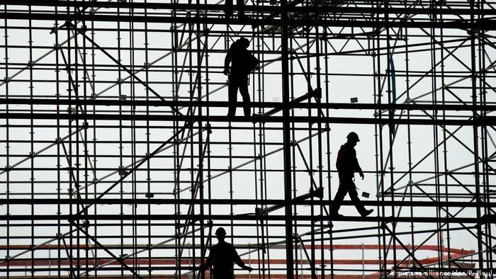 За різними оцінками, близько 10 відсотків працездатних українців поїхали на заробітки за кордон, головним чином до Польщі. Однак у цьому більше користі, ніж шкоди, вважають деякі європейські експерти.