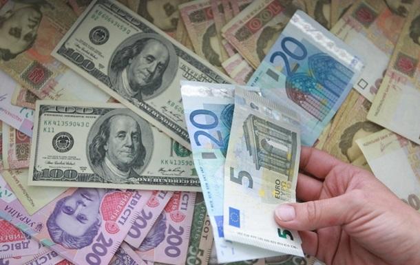 У понеділок долар подешевшає на дві копійки, а євро подорожчає на шість копійок.