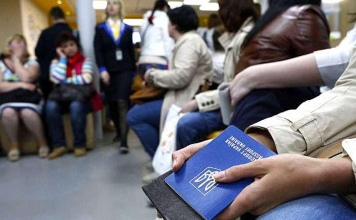 Щохвилини дві людини з України їдуть на заробітки, – ЗМІ