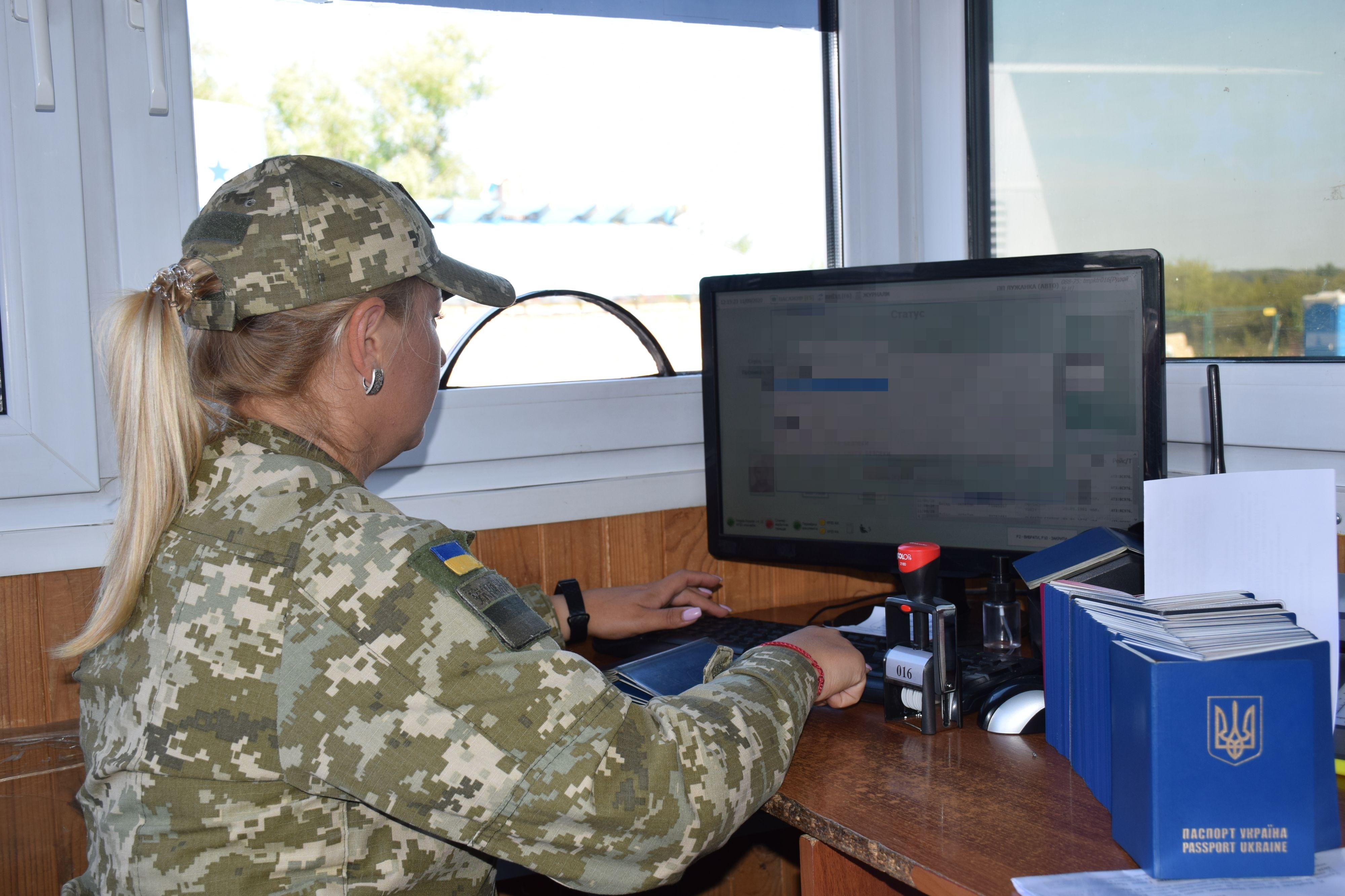 Учора в пункті пропуску «Лужанка» прикордонники Мукачівського загону виявили жінку, яка при перетині кордону надала для перевірки чужий паспорт.