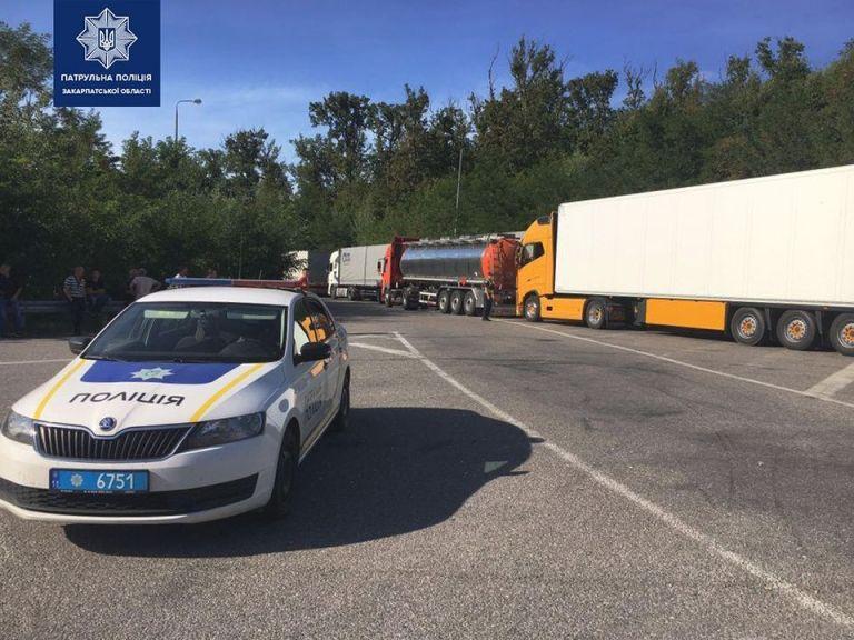 """Біля КПП """"Ужгород"""" – кількакілометрова черга з вантажівок."""