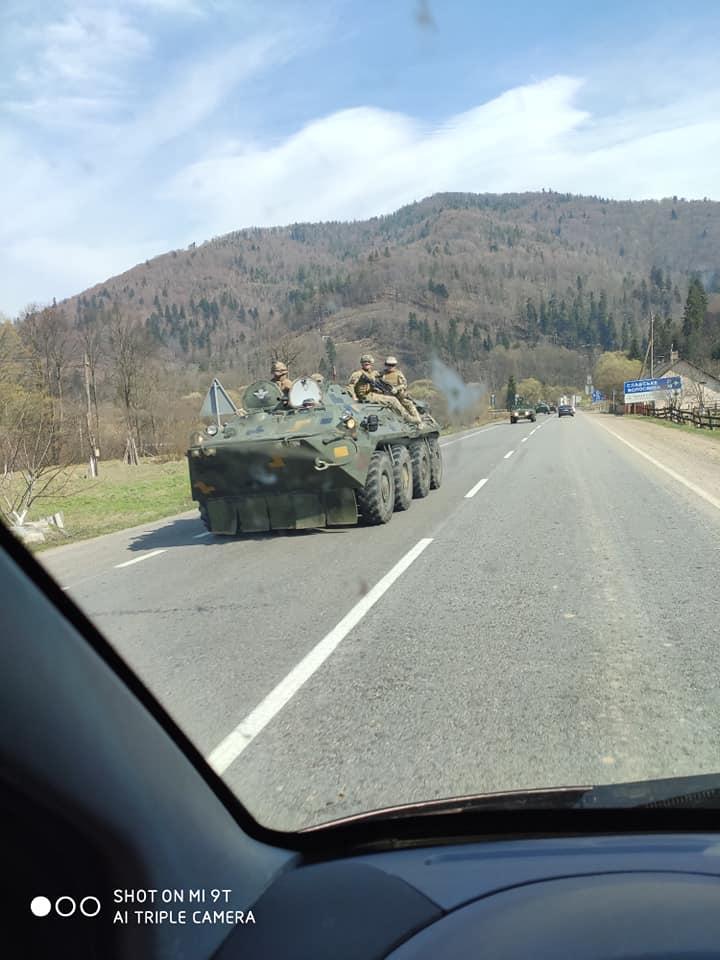 Армійська бронетехніка та автомобілі рухаються зі Львівської області в напрямку Закарпатської.