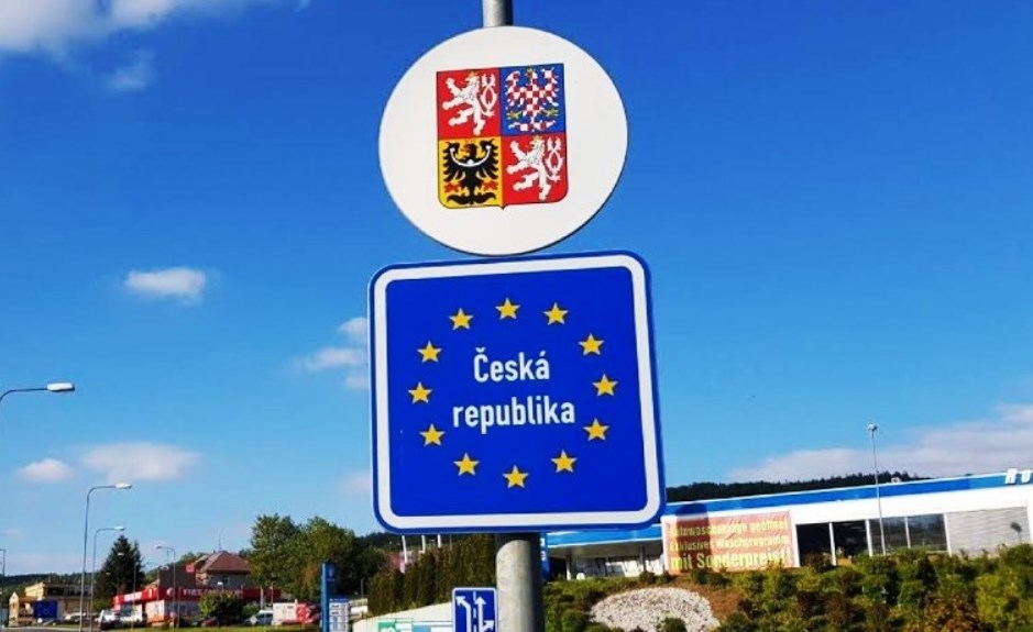 За словами міністра закордонних справ Томаша Петржічека, кордони Чехії з сусідніми країнами повинні бути повністю відкриті з липня.