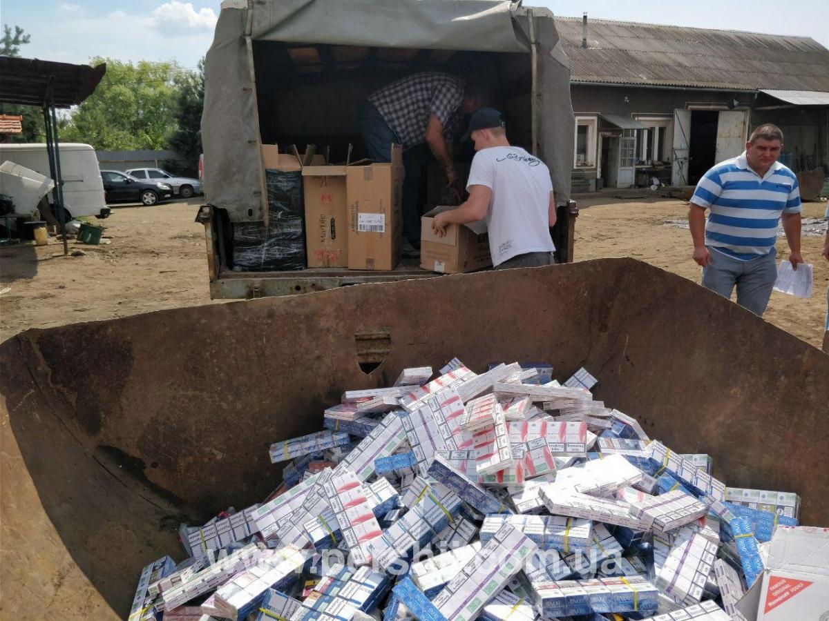 На Ужгородщині спалювали контрабандні сигарети