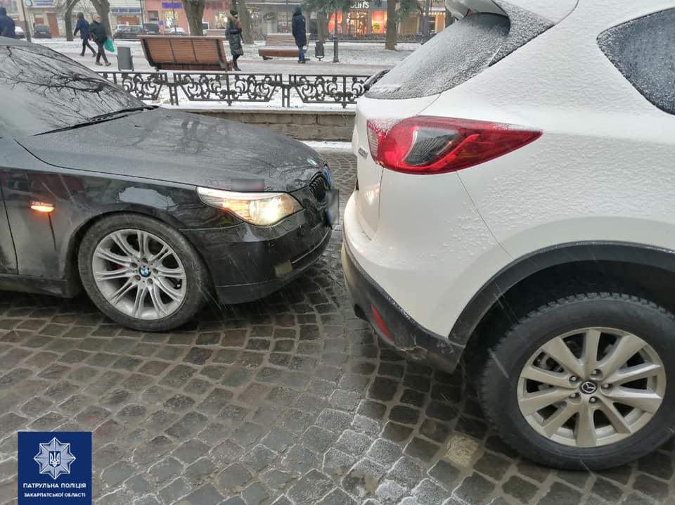 Подія трапилася вчора, близько 18-ї години.  Патрульні отримали виклик про ДТП без потерпілих на площі Шандора Петефі, в Ужгороді.