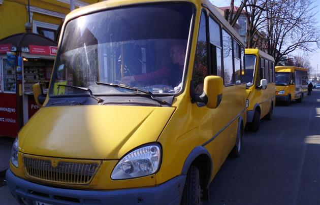 В Ужгороді у переповненій маршрутці знепритомніла школярка, а водій навіть не відреагував