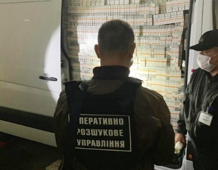 Оперативники Чопського прикордонного загону разом з іншими правоохоронними структурами викрили на посадовому злочині інспектора Закарпатської митниці.