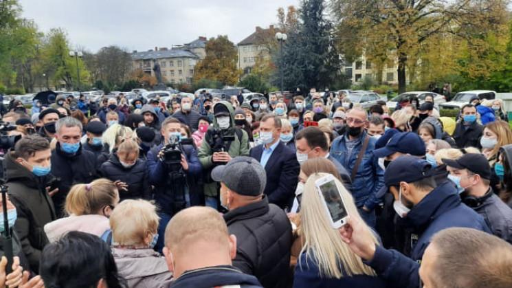 До ужгородських мітингувальників вийшов інфекціоніст Михайло Поляк пояснив на скільки нини госта ситуція з COVID-19.