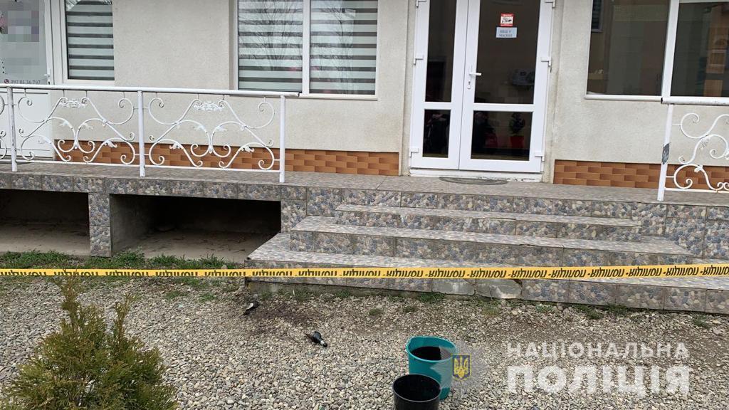 Вчора, 30 березня, до поліцейських Тячівщини звернувся мешканець села Угля. Приватний підприємець повідомив, що невідома особа пошкодила зовнішню сторону приміщення, яке йому належить.